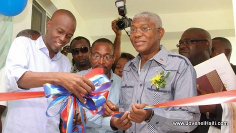 PHOTO: President Jovenel Moise ap koupe riban - Inauguration Unité de dialyse, Hopital OFATMA Aux Cayes