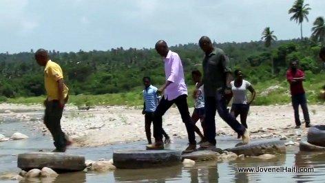 PHOTO: Haiti - President Jovenel Moise ap travese yon riviere nan commune l'Azile