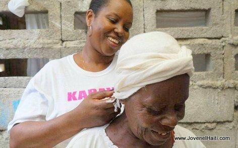 PHOTO: Haiti - Premiere Dame Martine Moise ap mare tèt yon ti granmoune
