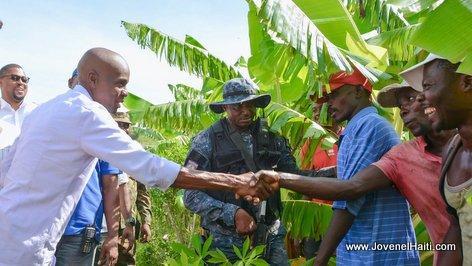 PHOTO: Haiti President Jovenel Moise shaking hands with Haitian Farmers