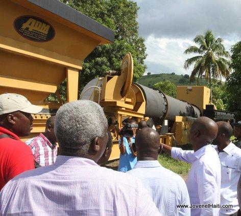 PHOTO: Haiti - President Jovenel participe à l'installation d'une usine d'asphalte - Acul de Gros-Morne