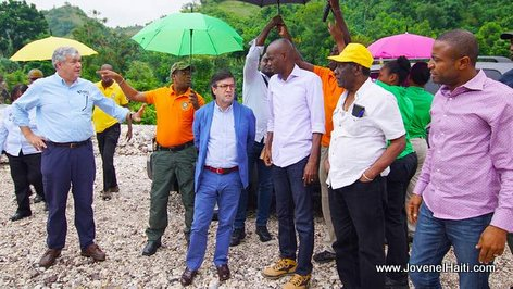 PHOTO: President Jovenel Moise and IDB president Luis Alberto Moreno on foot in Southern Haiti