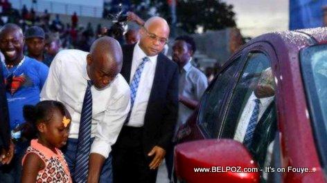 PHOTO: Haiti President Jovenel give a new car to a little girl