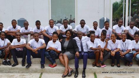 President Jovenel Moise et les lauréats du Concours national de textes sur le Drapeau