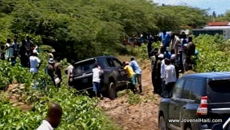 PHOTO: Haiti Caravane Changement - Presidential Motorcade Stuck in the Mud