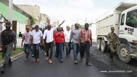 PHOTO: Haiti - President Jovenel Moise ap mache nan yon rue ki fek asphalte nan ville Au Cayes